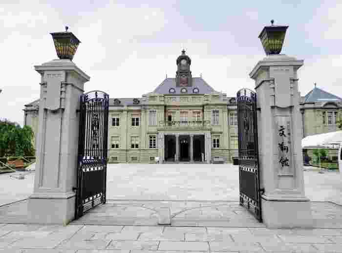 大正5年に山形県庁舎及び県会議事堂として建てられた「文翔館」は、英国近世復興様式のレンガ造りの繊細で優美な洋風建築の建物です。昭和59年に国の重要文化財の指定されました。その後10年かけて保存修復工事が行われたのち、山形県郷土館「文翔館」として一般に無料で公開され、現在は文化活動の場として県民に親しまれています。