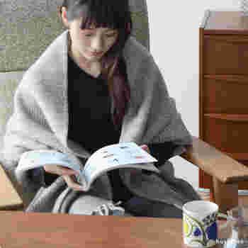 同じくラプアンカンクリ製のあたたかなショール。ウール100%の高い保温性で、寒いときサッと羽織るだけでしっかりと防寒してくれます。