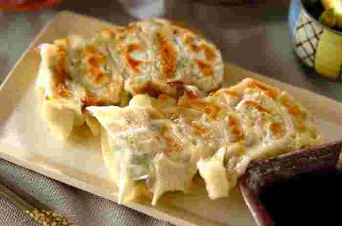 栄養たっぷりの小松菜を1束たっぷりいれた餃子レシピ。小松菜を餃子に…!?と思う方も多いと思いますが、これがとても美味しいんですよ。舌も身体も喜ぶ絶品小松菜餃子、お試しあれ♪