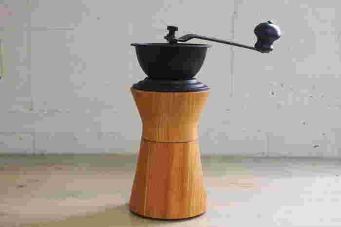 コーヒー豆を挽くための器具を「ミル」または「グラインダー」と呼びます。手動ミルは自分でゴリゴリと挽く感触を楽しめます。また、コンパクトでデザイン性に優れたものもたくさんあるのが特徴です。