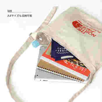 A4サイズも入る大きさ。バッグの内部には2つに分けられたハンギングポケットが付いているから、すぐに取り出したい鍵や切符などを入れておくのに便利です。