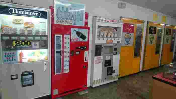 テレビ番組で取り上げられて話題となっているのが、京都・舞鶴にある「ドライブイン ダルマ」。いくつもレトロな自販機が並んでいますが、中でもラーメン・きつねうどん・天ぷらうどんと3つも麺類の自販機が揃っているのは珍しいため、「レトロ自販機の聖地」と呼ばれています。