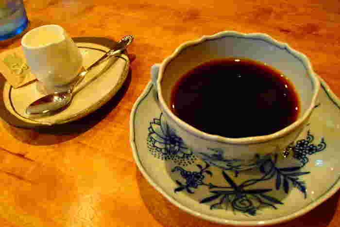 自慢のコーヒーは、遠赤外線直火式自家焙煎の豆をネルドリップで丁寧に淹れています。マイセンのカップ&ソーサーもカフェの雰囲気によく合っています。