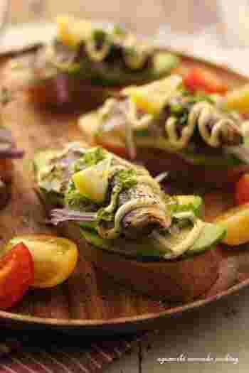切ってのせるだけのお手軽タルティーヌのレシピです。アボカドの濃厚な味わいとオイルサーディンの塩味がベストマッチです。