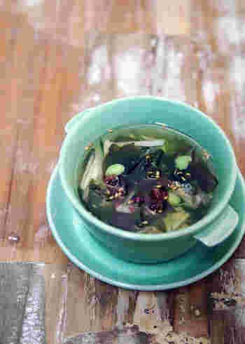 火をほとんど使わずに水だしで作る、具だくさんの冷製スープ。暑い季節にぴったりの、具だくさんの冷たいスープで、疲労回復効果に優れた長芋や、食物繊維豊富な枝豆、ビタミンやミネラルを豊富に含んだ海藻など、栄養ある具材をたっぷりと入れ、冷蔵庫で冷やしていただきます。