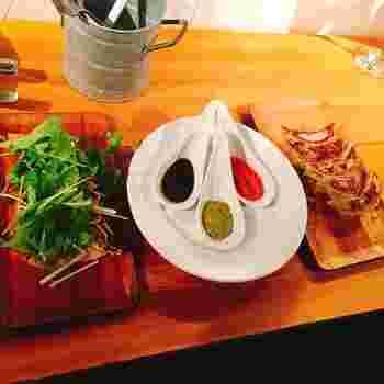 餃子には、トマト×ニンニク・白味噌×ハーブ・黒ごま×ラー油の3種類のソースがついています。フレンチベースのものが多いので、ワインやシャンパンとの相性抜群。