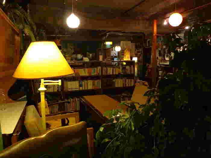 烏丸御池駅から徒歩10分、バスなら京都市役所前から徒歩4分ほどの場所にある「カフェコチ」。本棚には雑誌をはじめ文庫本から漫画まで。ジャンルも芸術・文化・哲学など幅広く、普段は手にとらない内容のものと出会えるかもしれませんね。