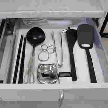 キッチンツールは最低限、引き出しに入るだけ。そのように決めると、ものが増えなくなり管理が楽になります。引き出しにしまうことで、ホコリも付かずシンクやコンロ周りがすっきりして掃除も楽に!
