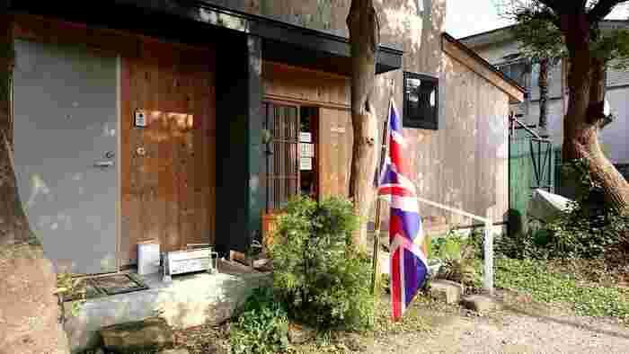 もともと古民家だった建物をリノベーションした「ガレージ ブルーベル」。イギリスの国旗が見事に馴染んだ入り口がとても素敵で、印象的。