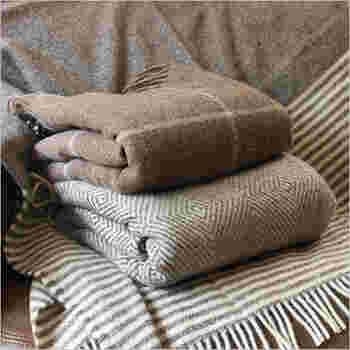 原毛から糸を生産し販売するsilkeborg社のブランケット。 silkeborg(シルケボー)社は羊毛の特徴を熟知したスピナーとして、デンマークで初めて無染色の羊毛を使い、化学薬品を使わないスローケットを制作していることでも知られています。 シルケボーのブランケットは、毛の選定から製造に至るまで、厳しい水準で管理され、作られているので、上質感のある仕上がり。また、落ち着いたカラーと、洗練されたデザインは、大人の雰囲気いっぱいで、贅沢な気分に包まれます。
