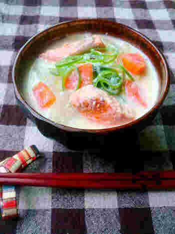 まろやかでクリーミーな豆乳のお味噌汁のレシピ。起きたばかりの身体によく染みます。味噌は、ほんのり甘い白味噌を使用。豆乳の色も活かされ、見た目もきれいに仕上がります。具材はお好みでOK。豆乳のお鍋やスープをイメージしながらお好きな具材で作ってみてください。