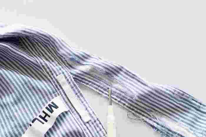 """例えばシャツの襟が擦り切れてしまったとき、思い切って縫い目をほどいて襟なしのシャツにリメイクしてみてはいかがでしょうか?縫い目をほどく時は""""リッパー""""でプチプチと気長にほどいていきましょう。"""