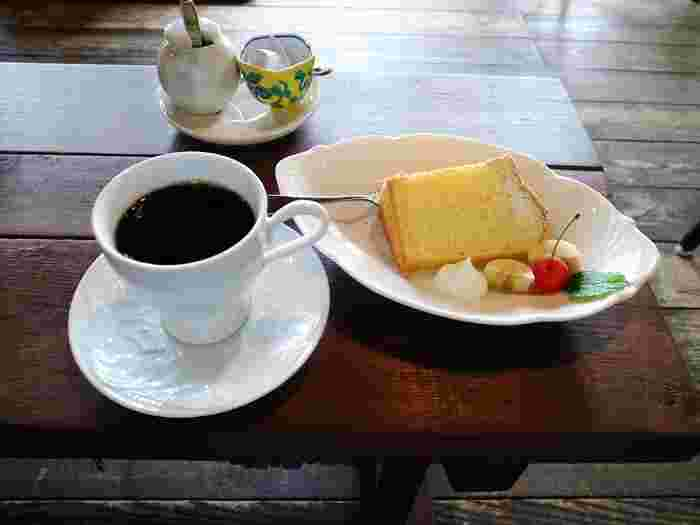 フードメニューは日替わりのケーキとホットサンドなど。自慢のコーヒーは、自家焙煎のコーヒー豆を挽きたてでドリップされています。豊かな香りと味わいを是非楽しんでみてください。ケーキは日替りで、こちらはふわふわな食感のシフォンケーキ。コーヒーとの相性も抜群です♪