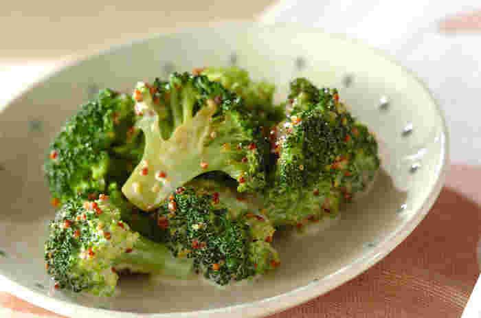 茹でるだけでも美味しいブロッコリーですが、軽くバターソテーするとワンランク上の仕上がりに。粒マスタードでアクセントをつけています。