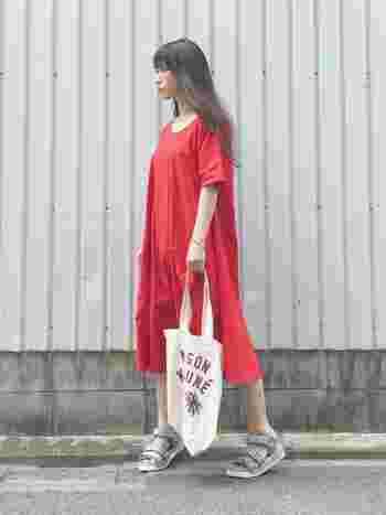 シンプルな赤のワンピースはユニクロのもの。さらりと着て、お散歩に出かけたら、気持ちまでふわりと軽くなりそうです。