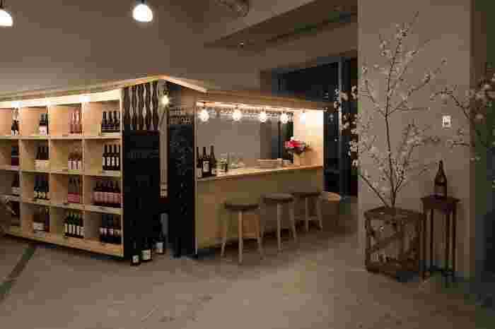 237坪の中に食事、書店、理髪店などが並んでいますが、落ち着いた照明とアートな雰囲気から、別の土地に訪れたような錯覚を起こします。広々とした人気レストラン「一角」は、飾らずカジュアルに定食やお酒を楽しめます。