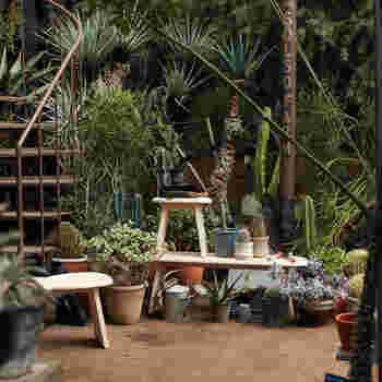 スツールを重ねて、屋外での植物用シェルフにも。大きさの違う2つを重ねれば、2段シェルフのように多くのものを飾れます。置く場所も好みで変えられて、レイアウトも自由自在。