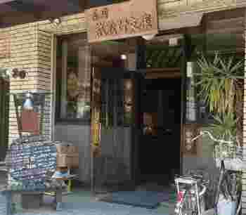 もともと早稲田大学にあった「茶房 早稲田文庫」で働いた店主が、後に独立して1985年に吉祥寺にオープンした「茶房 武蔵野文庫」。