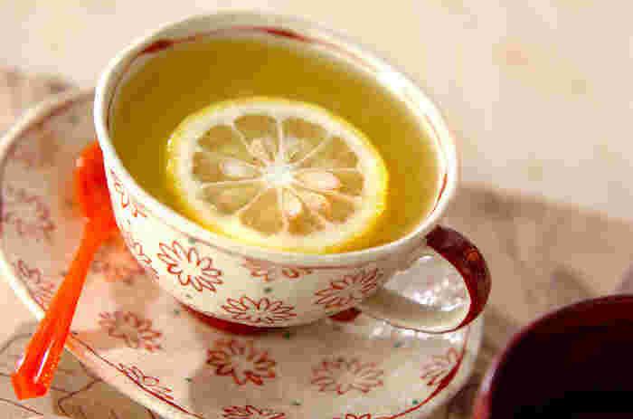 柚子の果汁と、オレンジジュースを合わせた爽やかなホットドリンク。オレンジを搾った生果汁を使うといっそうフレッシュなおいしさに。寒い朝にもおすすめ♪