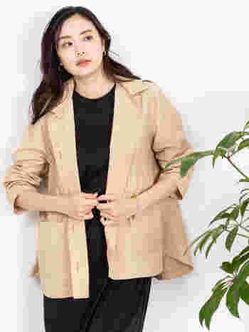 サッと羽織れるショート丈のジャケットに、撥水加工を施したアイテム。フードが取り外せる2way仕様なので、雨が降ったらフードを着けるという使用方法もおすすめです。女性らしいフレアシルエットで、カジュアルからキレイめまで、さまざまな着こなしに合わせられます。