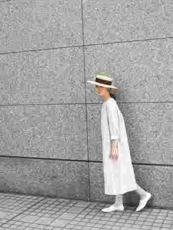 着る人を選ばない、すとんとした大人ワンピースです。ワンピースがシンプルなぶん、帽子とグレーの靴下がよいアクセントになっていますね。シンプルなワンピースは小物で遊んでしまいましょう。