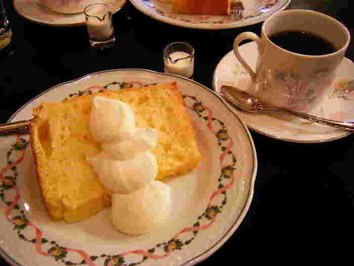 画像は『シフォンケーキ』。コーヒーは『オリジナルブレンド』をはじめ『マンデリン』『ブラジル・サントス』『ボリビア』など。