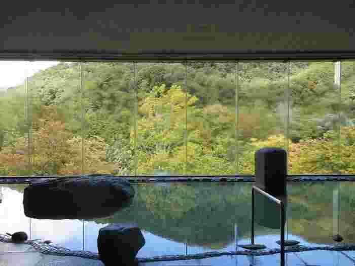 星野リゾート 奥入瀬渓流ホテルでは、例年5月に【りんごの花湯】が登場。 八甲田のお湯に、かわいらしいりんごのお花とりんごが浮かびます。 朝は混浴、夕方は女性専用で楽しむことができるのだそう!