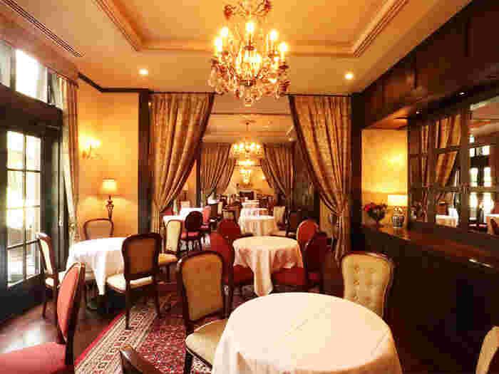 シャンデリアをはじめエレガントな雰囲気が漂うレストラン。インテリアが素敵なだけでなく、ミシュランの星付きシェフの美食を味わえます。