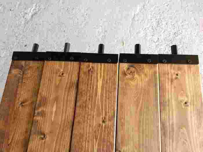ワトコオイル(オイルステイン)*を塗り、(上下に突っ張るための)アジャスターを取り付けました。ダークウォルナットの色味と、アジャスターの黒がアンティーク風♪  *ワトコオイルは木材専用の塗料です。色の種類が豊富でホームセンターなどで手軽に購入できます