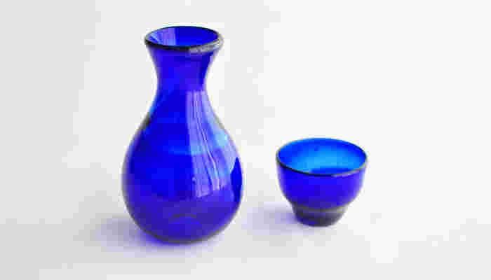 やちむんと並んで、沖縄らしい工芸品として愛される琉球ガラス。やちむんと同様に、日常に気軽に取り入れることができる親しみやすさが魅力。写真は、深い海のようなブルーが美しい青くずし玉徳利とぐい呑みのセットです。