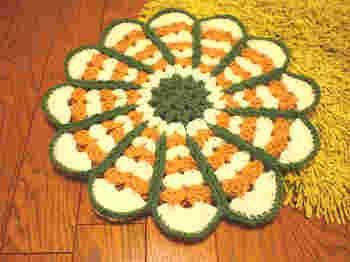 昭和レトロ感満載のお花型の座布団は、椅子に置いても床に敷いても可愛いらしいですね。