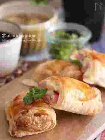 スライスチーズやハムなど、冷蔵庫に余りがちな食材を使って作るパイ。パイシートに包んで焼くだけで豪華に見えますね。