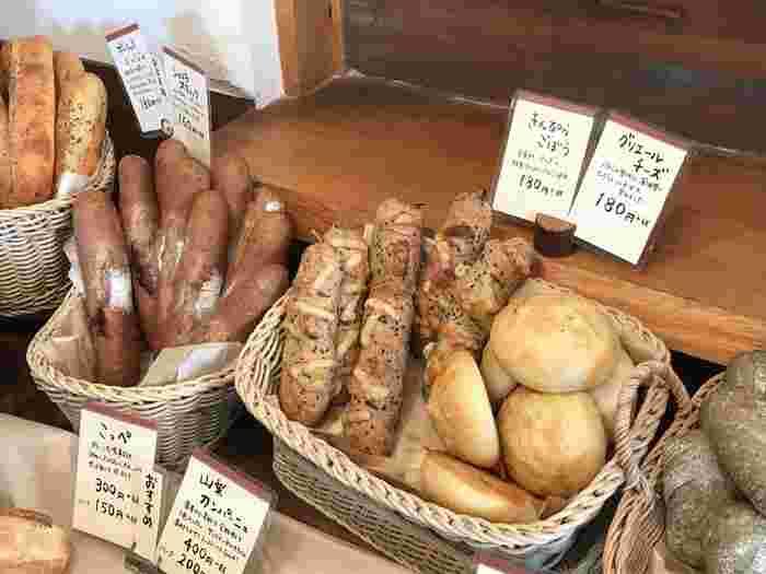 玉ねぎやゴボウなどのお野菜を使ったパンや、チーズを使ったものなど、種類もさまざま。地元の方も多く訪れる人気店で、売り切れてしまうものもあるそう。どのパンも小さめサイズなので、いろいろ楽しめるのが良いですね。