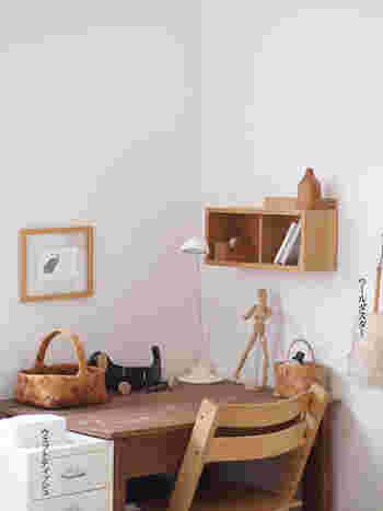 仕切りの付いた箱は、勉強机の脇に設置しても素敵です。お気に入りの本や文房具などを入れれば、勉強や仕事もはかどりそう。