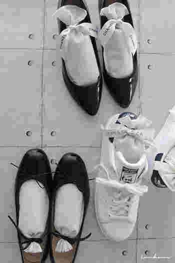 靴を脱いだらまず外側の水気を拭き取って、さらに靴の内側もしっかり除湿しましょう。こんな方法で、手軽に可愛く湿気対策!こちらの靴の中にある袋は、100円ショップなどでも買うことができる、脱臭・防湿効果のある竹炭が入ったものです。通常は長方形のパッキングなどで売られているので、リボンを結んでアレンジ。リボンの色を靴の色に合われば可愛さがアップしますよ。
