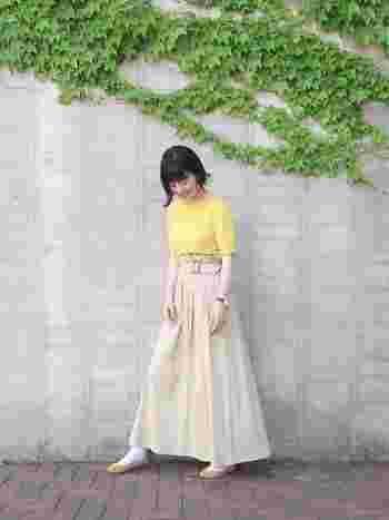 レモン色のトップス×チノスカートのシンプルコーデに、イエローのフラットシューズを合わせて。カラータイプのシューズは、コーディネートの中にあるカラーとリンクさせると合わせやすいですよ。
