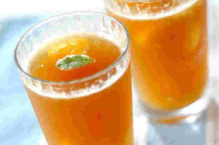 ミキサーでピューレ状にした黄桃を凍らせ、ジンジャーエールを注いで作るさっぱりとしたスムージーです。夏の暑い日には、こんなひんやりドリンクが嬉しいですね。