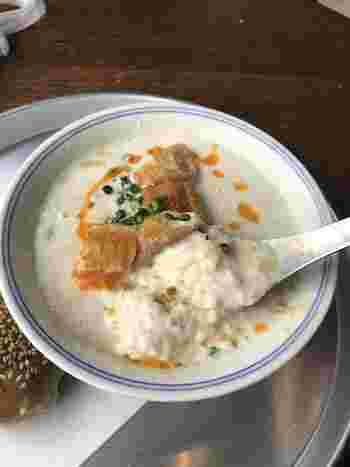 スープを混ぜると、お酢で豆乳が固まっておぼろ豆腐のようなやわらかな食感に変化します。干しエビやネギなども入っているので、風味豊かで朝から元気になれそうです。