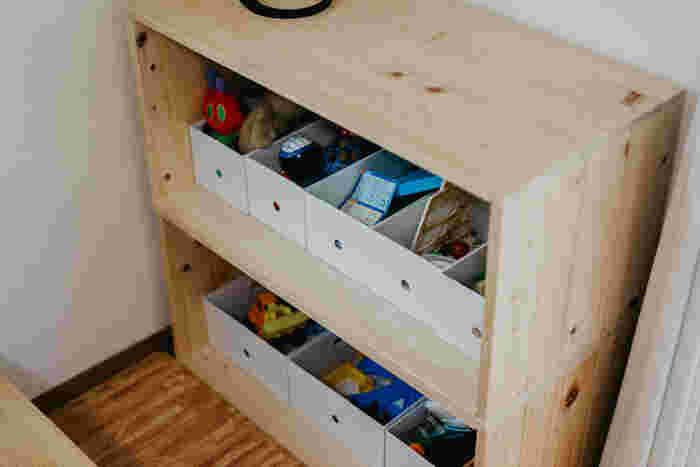 新品のりんご箱は、木の温もりを感じられるので子どものおもちゃ入れにぴったり。ナチュラルテイストのお部屋にしっくり馴染んでくれます。ちょっとしたテーブルとしても使えるので、お絵かきしたり、おままごとに使ったり、遊びの道具としても使えます。