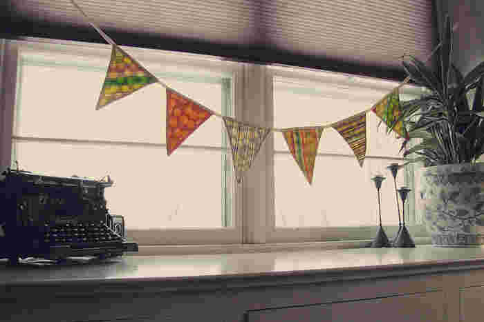 少し大きめのガーランドを窓際に飾って。フラッグを大きめに作ると、数は少なくても存在感がありますね。降り注ぐ太陽の光で、フラッグの色合いの変化が楽しめます。