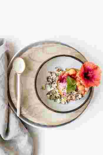 お皿が料理を引き立てるように、プレート類は小さな被写体を引き立てる便利なアイテムです。アクセサリーやお菓子、フルーツなど、ガラスや陶器のうつわ、木製や石のプレートなどに並べたり盛り付けたりしてみましょう。単体ではまとまりがなかった被写体も、より魅力が引き立てられるようになります。