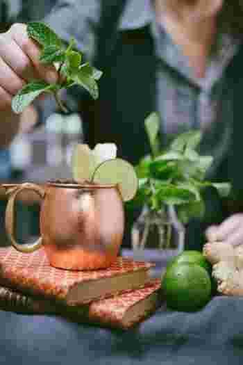 お酒をジュースやシロップで割るのがクラシカルなカクテル。一方ミクソロジーとは、フレッシュなフルーツや野菜、ハーブなどを使っていくモダンな一杯。混ぜ合わせるだけではなく、さまざまな技法でクリエイトしていくドリンクです。