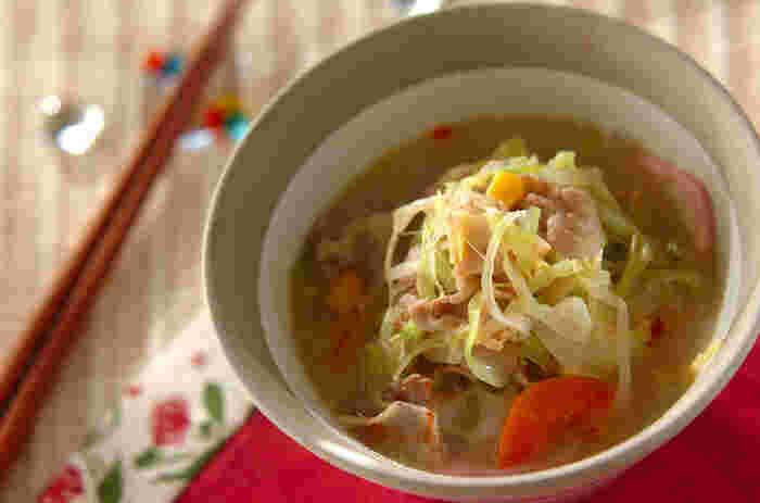 素麺は茹で上がりも早く、短時間で作れてしまう優れもの。 薬味や味付け次第で、和風にもイタリアンにも思いのままに美味しく仕上がります。 夜食としてなら、あっさり塩コショウでたっぷり野菜と一緒に食べるのがおすすめです。