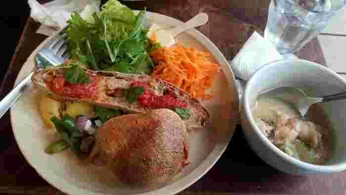 旬の野菜をふんだんに使ったランチプレートはボリュームもあり満足度が高いと好評です。