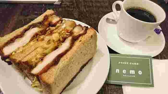 テイクアウトだけでなく、カフェスペースでイートインもできます。看板商品のチキンカツサンドは、チキンのやわらかさとボリュームもあって食べ応え満点です。