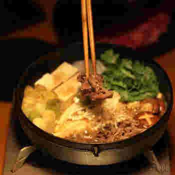 見た目もオシャレでお値段もお手頃な木屋のすき焼き鍋。鋳物の鉄鍋は熱をたくさん蓄えるので食材を入れても温度が下がりにくく、食材を継ぎ足しながら入れていくすき焼きに最適です。IH対応もうれしいポイント。使うたび、お手入れするたびに鉄鍋が育っていき、すき焼きもどんどん美味しくなっていく…。そんな幸せな鉄鍋です。