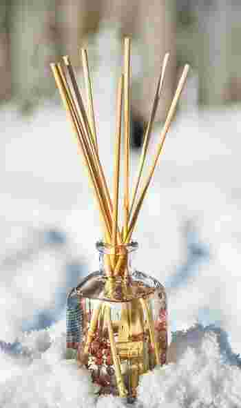デザインや使い方が様々なアイテムです。写真は「リードディフューザー」というもので、スティックがオイルを吸って香りを発散させます。水も電気も使わず、お手入れも楽々♪吸い上げる時間の関係で、香るまでに時間がかかります。