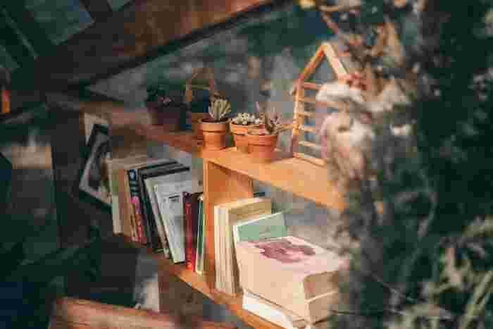 最後に、本を収納する上での一番のポイントをご紹介したいと思います。 本を処分したら、自分ルールを決めましょう!本棚に入る分だけの本をしか置かない!というルールです。 「本は、必ず本棚に収納できるようにする」このことを意識することで、本の衝動買いも減り、余計な出費が抑えられ、結果的にお金が貯まるという嬉しい効果も…。 何よりも、好きな本だけを手元に残すことで「自分にとっての本当に大事なもの」が見えてくるはず。