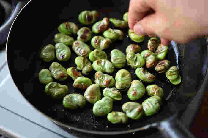 そら豆をフライパンで炒るだけでできる簡単レシピ。 そら豆は栄養価も高く見た目もきれいなので、定番おかずにしてみてはいかがでしょうか。