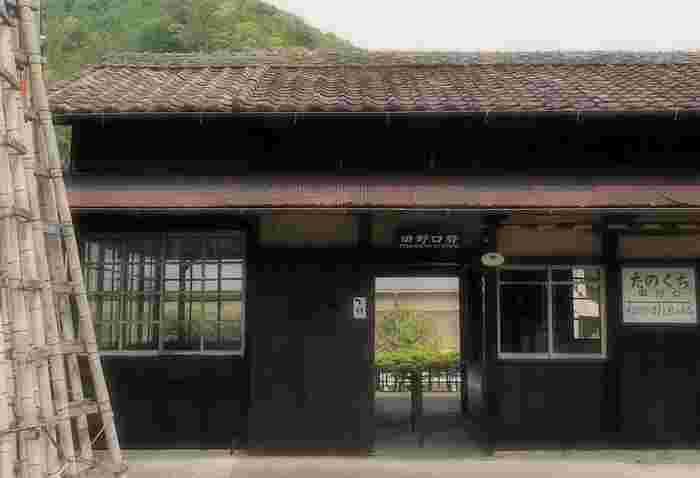田野口駅は、1931年に開業されたときから変わらない姿をしている木造駅舎の無人駅です。